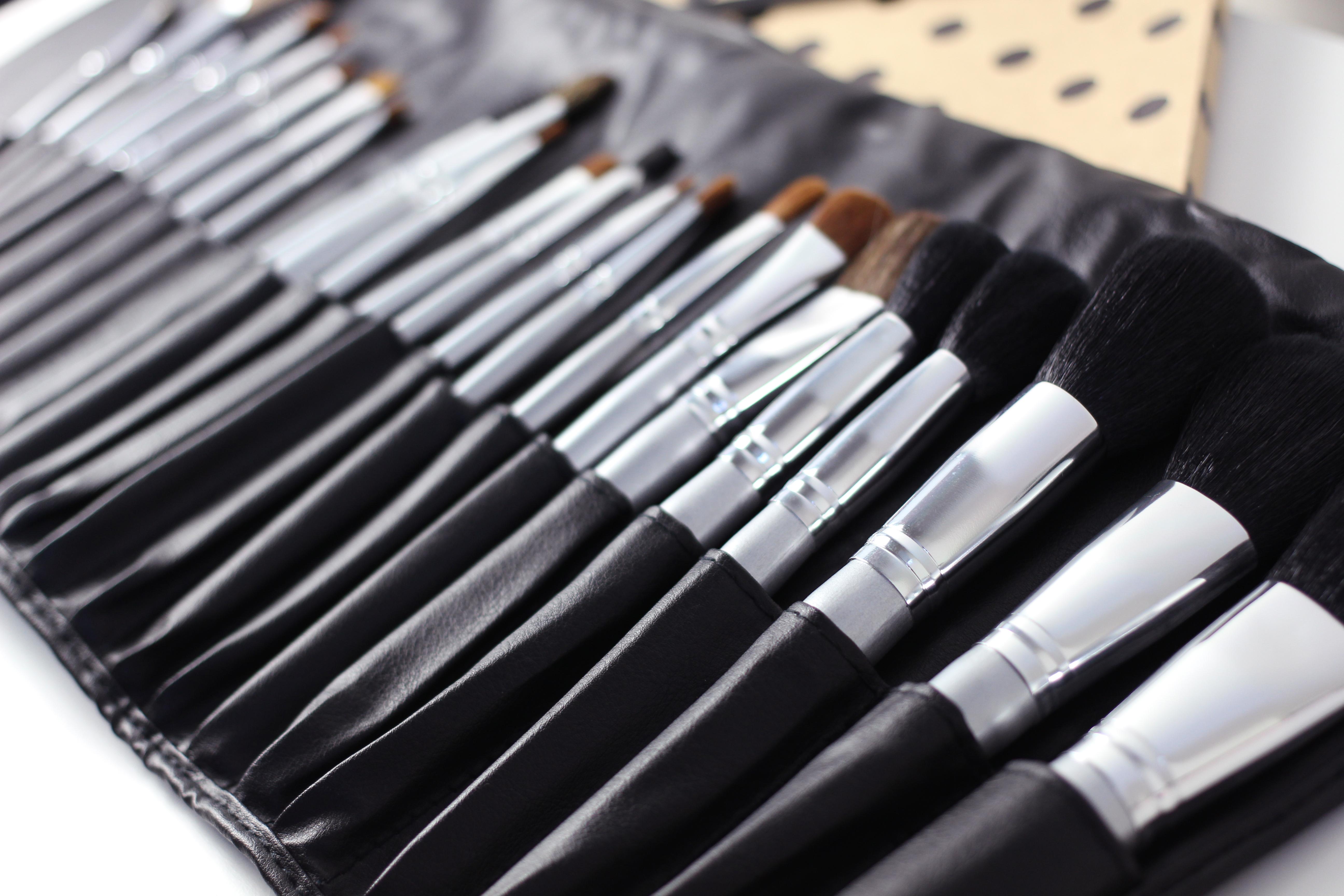 Cum se curata pensulele de machiaj.jpg